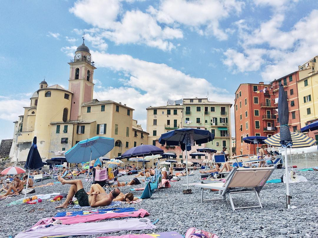 Still can't get enough of beach days! This small town of #Camogli just north of #CinqueTerre charmed the hell out of us.