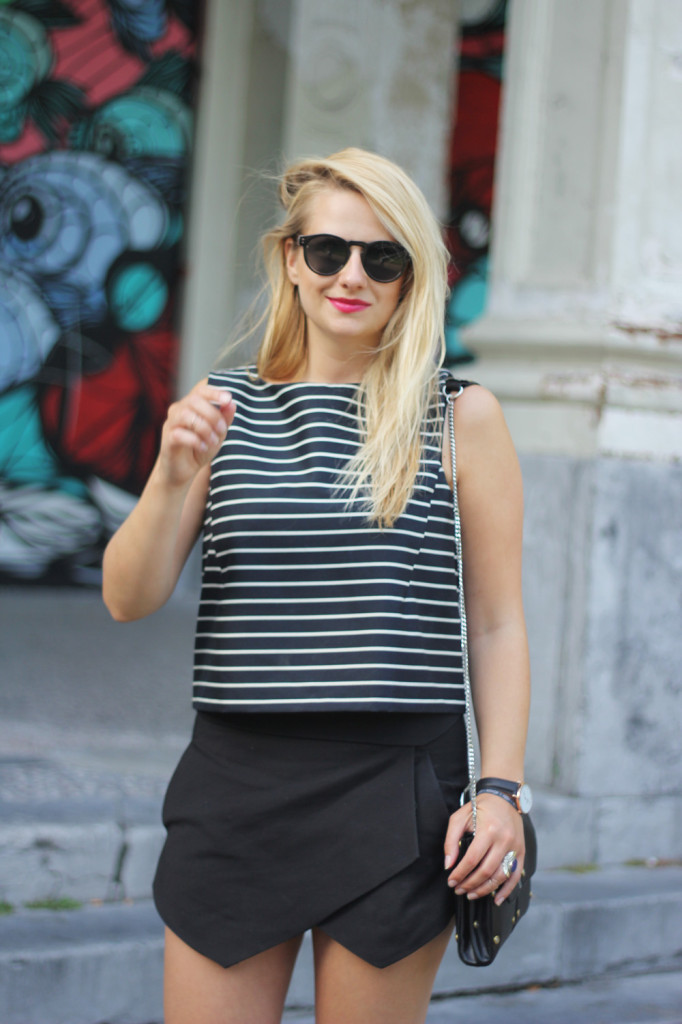 Monochrome_outfit_Crop_top_Antwerp_blogger_barely_there_sandals_Bullet_bag_cluse_watch3
