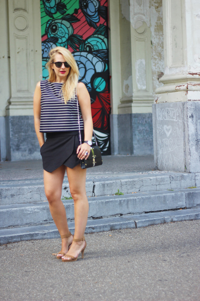 Monochrome_outfit_Crop_top_Antwerp_blogger_barely_there_sandals_Bullet_bag_cluse_watch5